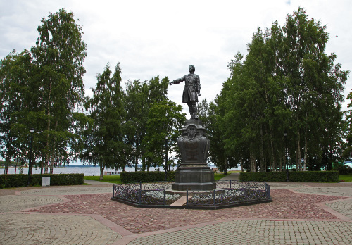 Schroeder/Monighetti monument to Peter the Great in Petrozavodsk in Monighetti's park